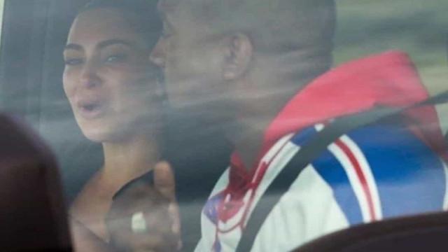 Fotos mostram Kim Kardashian chorando após discussão com Kanye West