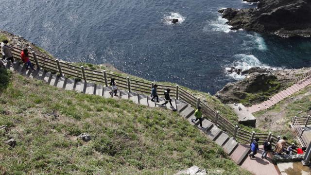 Sete sul-coreanos desaparecidos após queda de helicóptero no mar