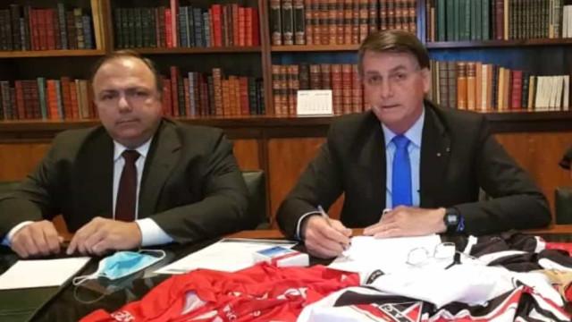 Com Pazuello, Bolsonaro volta a insistir no uso da cloroquina