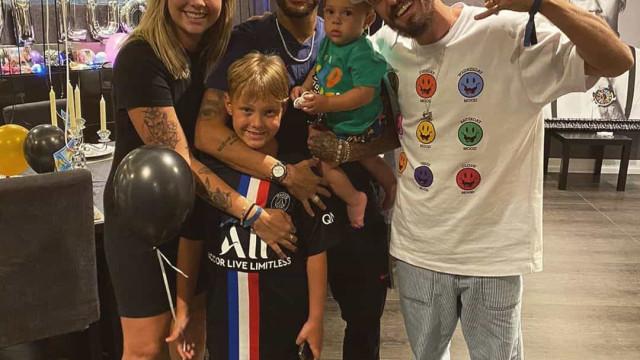 Neymar celebra aniversário do filho ao lado da ex e do marido