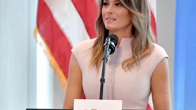Melania se opõe a Trump e oferece conforto a vítimas da Covid-19