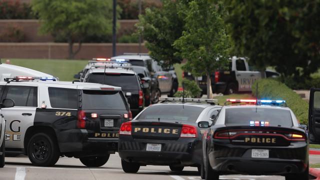 Homem morre nos EUA após policial ajoelhar em seu pescoço
