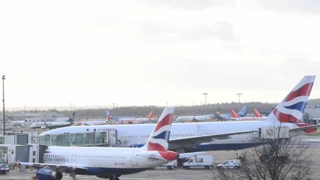 Polícia prende suspeitos de usarem drones no aeroporto de Gatwick