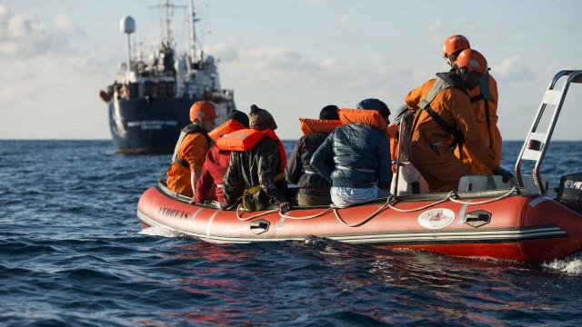 Sem autorização para desembarcar, navio com migrantes está preso no mar