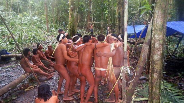 """Indígenas denunciam política de """"genocídio, etnocídio e ecocídio"""""""