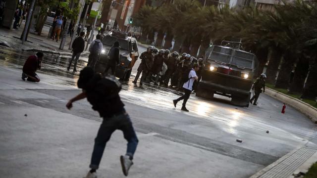 Presidente do Chile decreta emergência após violentos protestos