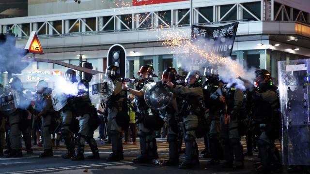 Hong Kong: Protesto ilegal dispersado com gás lacrimogéneo e de pimenta