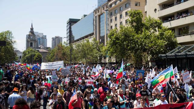Milhares de chilenos fazem manifestação nas ruas em dia de greve geral