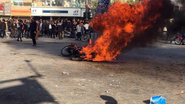 40 detidos no Irã em manifestação contra aumento do preço da gasolina
