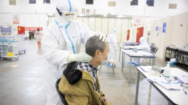 China regista menor subida de casos de coronavírus em quase um mês