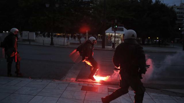 Polícia grega lança gás lacrimogéneo numa marcha contra racismo