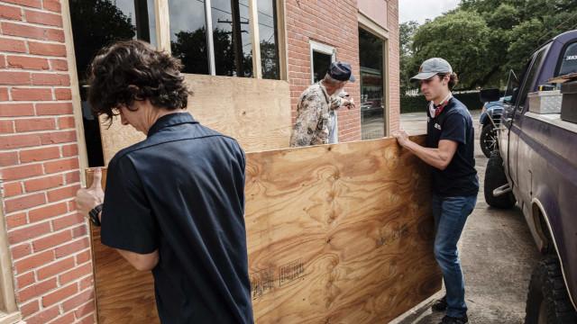 Furacão Laura sobe de categoria e autoridades preveem catástrofe
