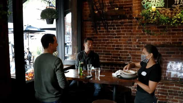 Nova York reimpõe fechamento de restaurantes e bares às 22h00