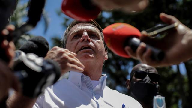 Bolsonaro muda discurso e passa a defender vacinas