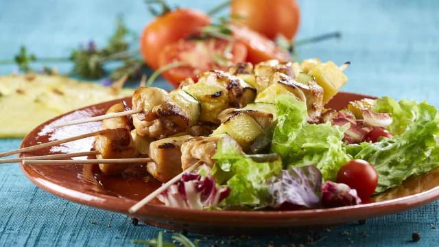 Saiba como preparar espetinhos de frango com molho de amendoim