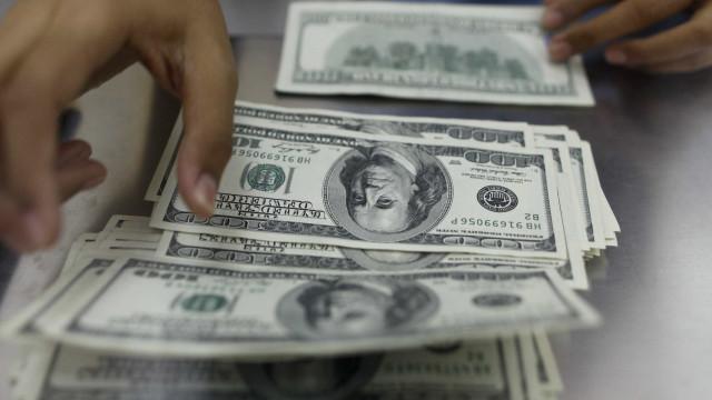 Dólar abre em alta e se mantém acima de R$ 4