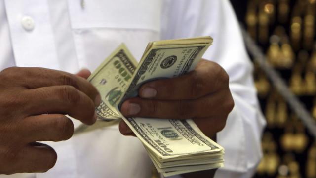 Dólar fecha no maior nível desde criação do real