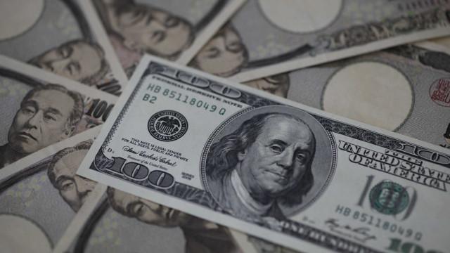 Dólar tem maior alta em um mês, com pessimismo externo