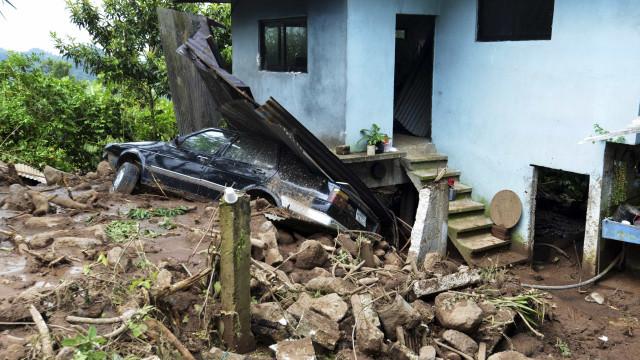 Chuva arranca asfalto, destrói lojas e faz mais um morto na Grande BH