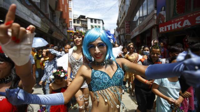 Grupo de 50 mascarados participa de Parada Gay no Rio