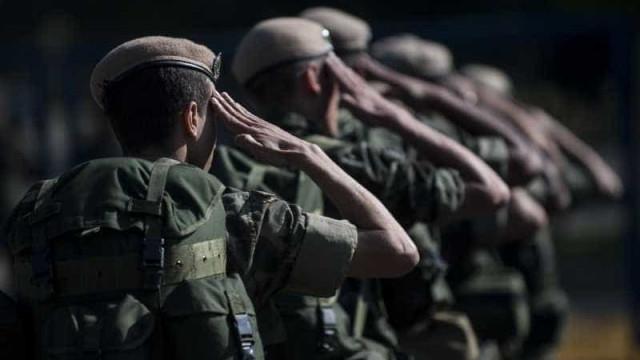 Dois militares do Exército são presos em carro com armamento pesado