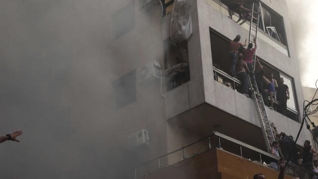 Defesa civil monitora estrutura de autopeças que pegou fogo