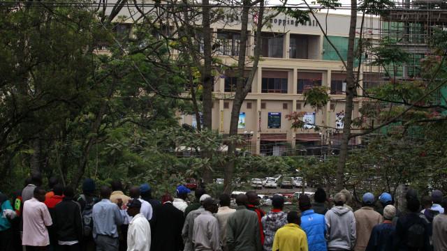 Ataque em Nairóbi continua, militantes ainda têm reféns