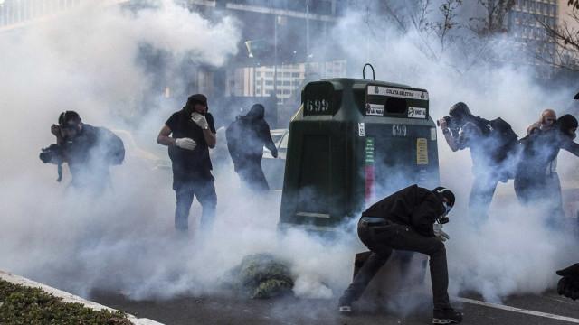 PM do DF usa spray de pimenta para conter bolsonaristas em Brasília