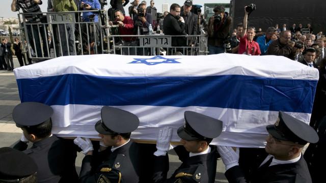 Depois de homenagens, Sharon é sepultado