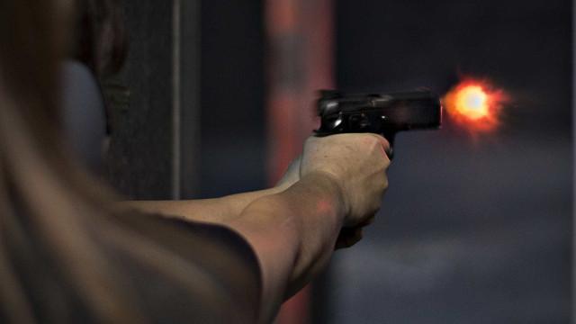 Criminosos fazem submetralhadoras a partir de pistolas esportivas