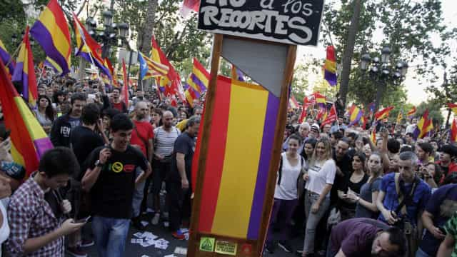 Espanhóis vão às ruas pedindo referendo sobre monarquia
