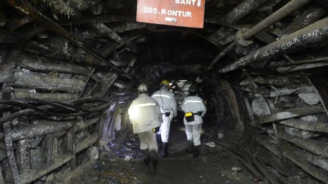 Explosão em mina de carvão deixa dezenas de pessoas presas