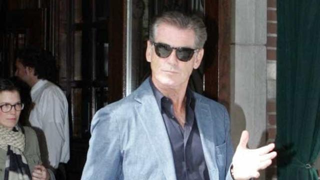 Pierce Brosnan, ex-James Bond, defende mulher 007