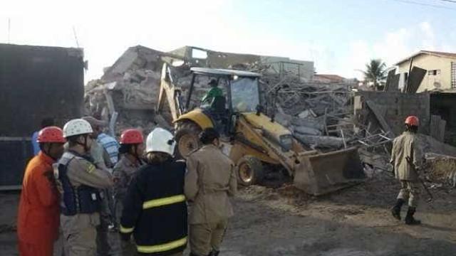 Família encontrada com vida em prédio que desabou