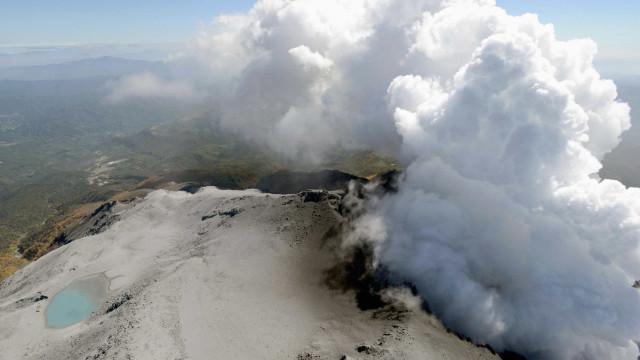 Japão suspende operações de resgate por risco de nova erupção de vulcão