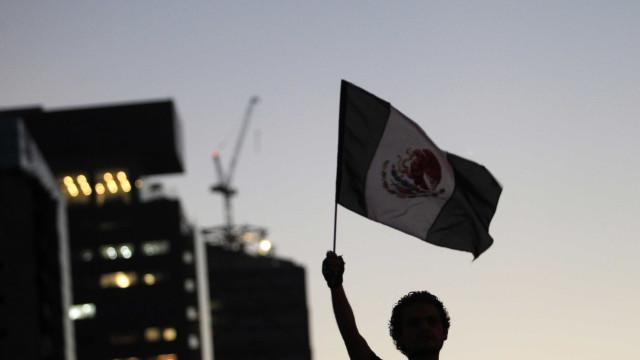 Mexicanos se manifestam contra desaparecimento de estudantes