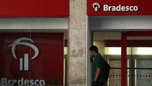 Quadrilha explode caixas eletrônicos  de agência bancária no Rio