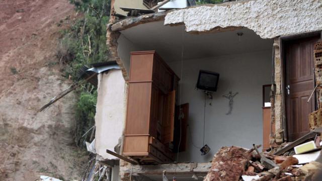 No Rio, deslizamento no morro da Mangueira atinge 12 casas
