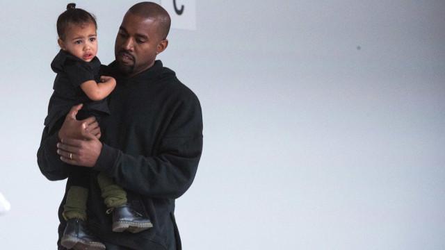Kanye West adormece na festa de aniversário da filha