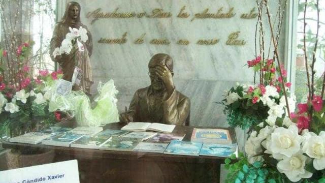 Túmulo de Chico Xavier é danificado e filho fala em vandalismo