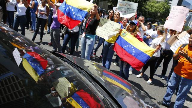 Senadores vão a Caracas com discurso de não interferência
