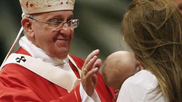 Papa Francisco celebra missa para multidão