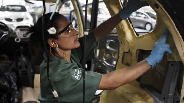 Brasil fecha 130,6 mil postos de trabalho com carteira assinada
