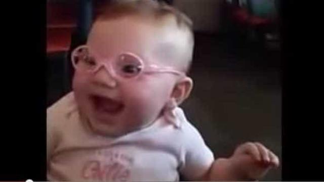 Assista ao emocionante momento que um bebê vê pais pela 1a vez