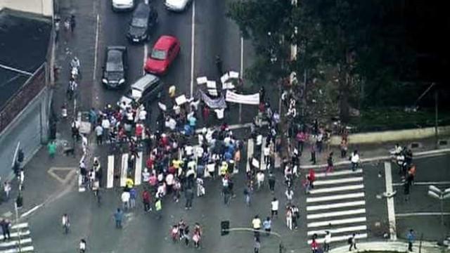 Protesto contra reintegração de posse fecha rua em SP