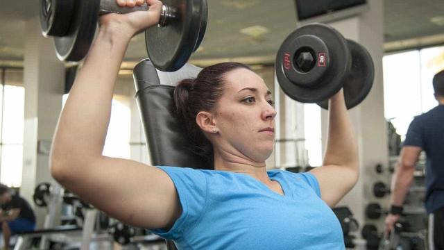 6 dicas para praticar musculação sem comprometer a coluna