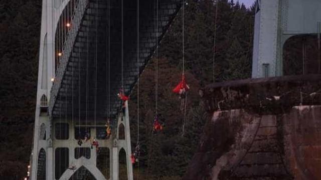 Ativistas se penduram de ponte para impedir navio para o Ártico