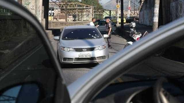Bandidos levam carro e celular, mas deixam R$ 20 mil para trás
