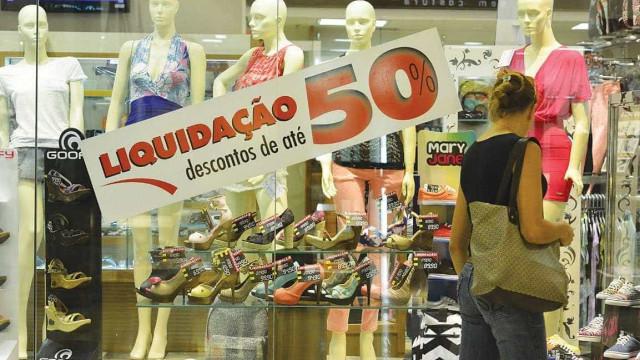 Vendas do varejo estão 3,7% abaixo do pico em outubro de 2014, diz IBGE
