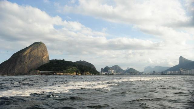 Pescadores protestam contra vazamento de óleo na Baía de Guanabara